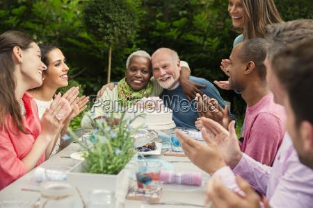 zaertlich multi ethnischen senior paar umarmt