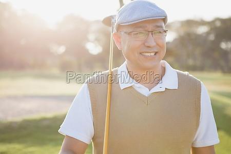 sportler mit seinem golf club und