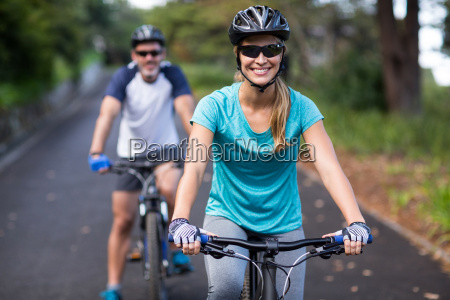 sportlich paar radfahren auf offener strasse