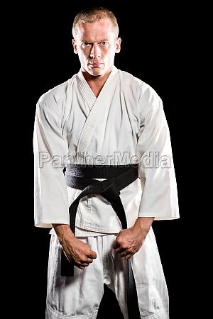 kaempfer der karate haltung durchfuehrt