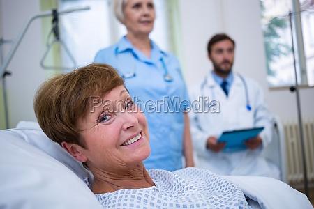 portraet des laechelnden patienten der auf