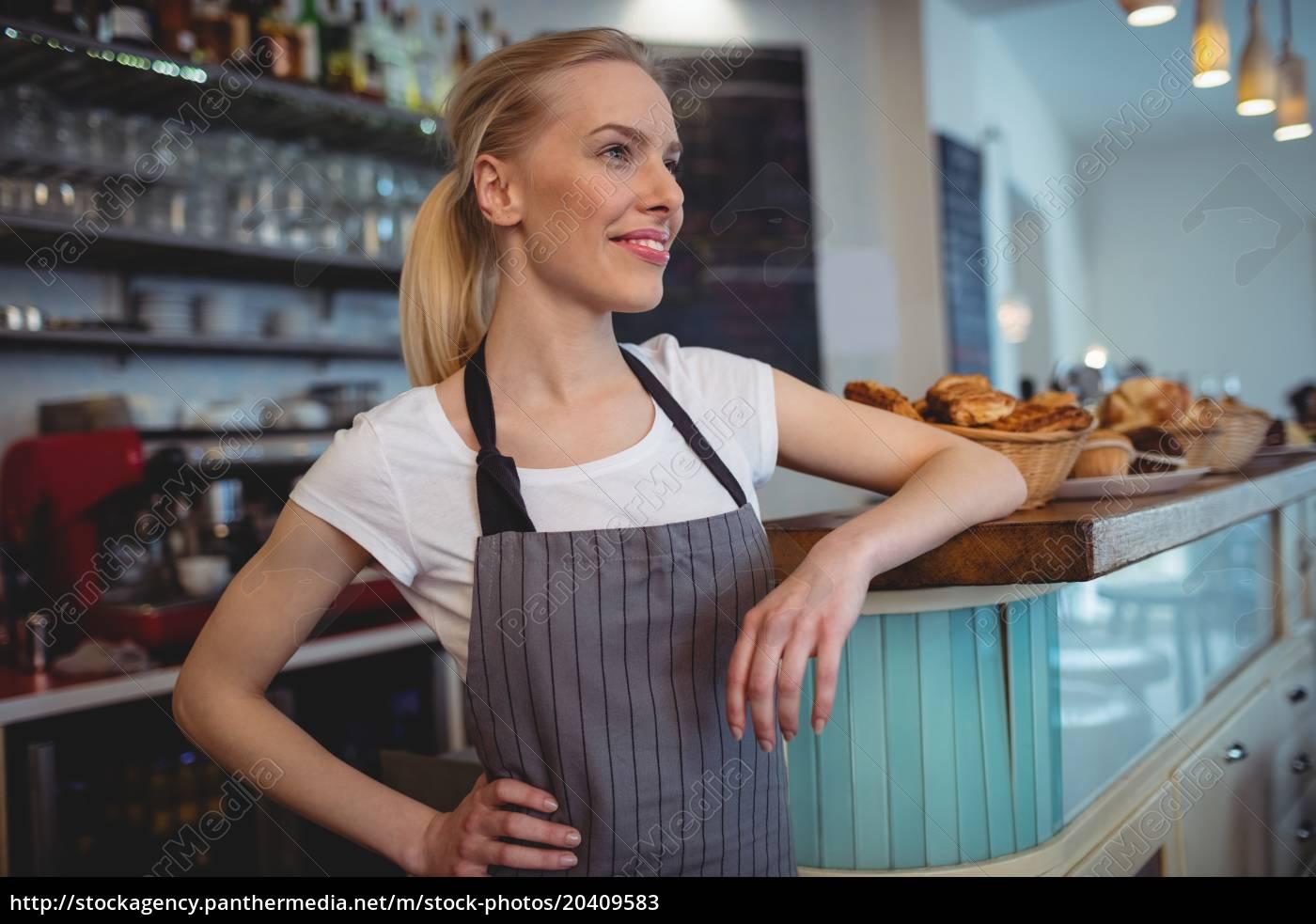 glückliche, weibliche, barista, steht, am, schalter - 20409583