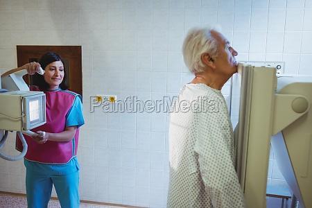 AErztin richtet die maschine ein um