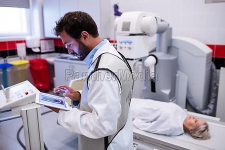arzt mit digitalem tablet und patient