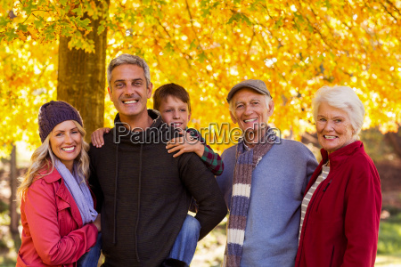 glueckliche multi generation familie im park