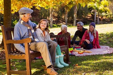 familie picknicken und der grossvater mit