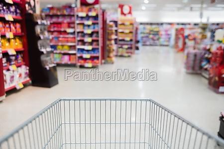 blick auf den supermarkt von einem