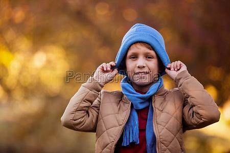 portraet des laechelnden jungen der strickhut