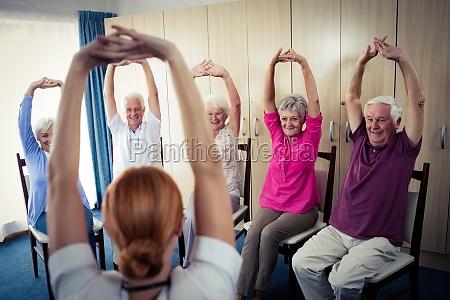senioren machen uebungen