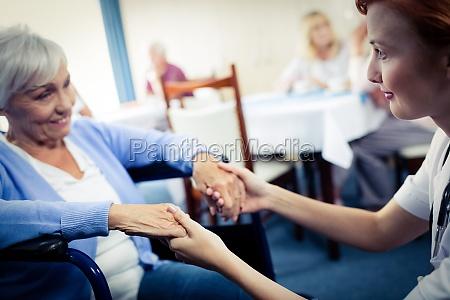krankenschwester kuemmert sich um eine seniorin