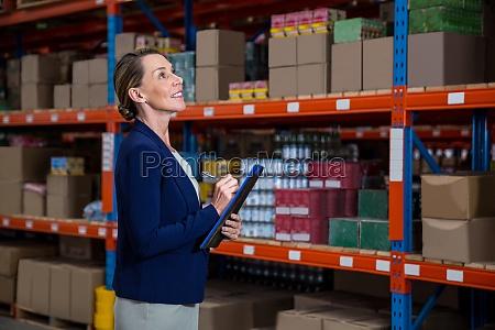 geschaeftsfrau konzentriert sich waehrend ihrer arbeit