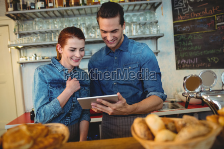 glueckliche mitarbeiter mit tablet computer im