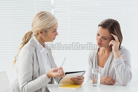 therapeut im gespraech mit ihren patienten