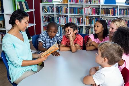 lehrer ein buch zu lesen kinder