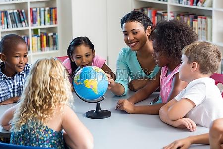 unterrichtende kinder des weiblichen lehrers unter