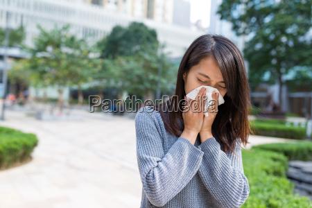 frau fuehlt sich krank an