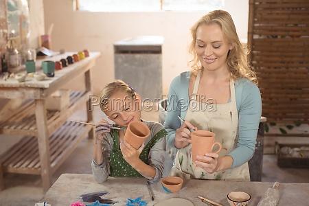 weiblicher toepfer und maedchen malerei in