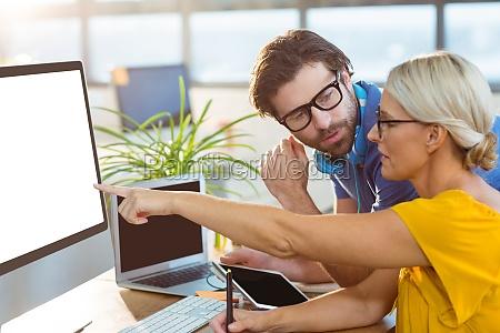 grafikdesigner interagieren bei der arbeit am