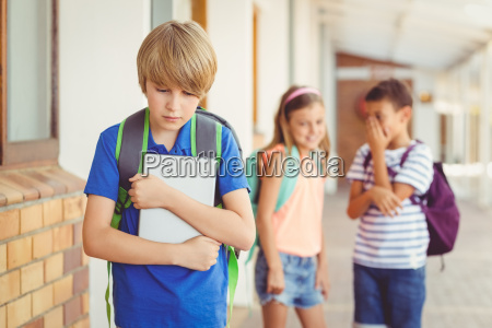 schulfreunde einen traurigen jungen in gang