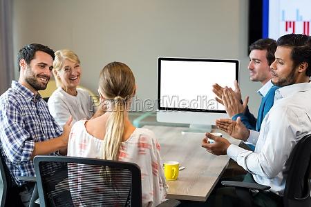 mitarbeiter applaudieren einen kollegen waehrend einer