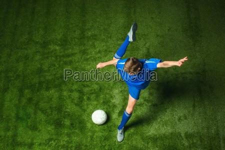 junge mit fussball ball tun fliegenden
