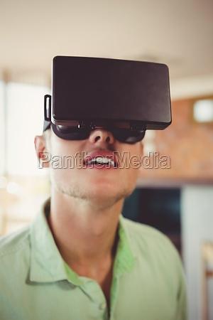 der mensch mit virtueller brille
