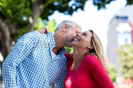 romantischer reifer mann der frau kuesst