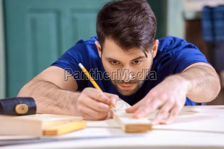 portraet von konzentrierten tischler arbeiten massnahmen