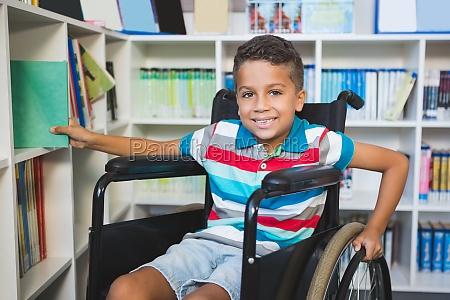 behinderter junge bei der auswahl eines