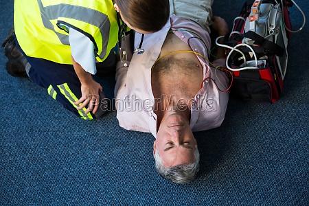 sanitaeter mit einem externen defibrillator waehrend