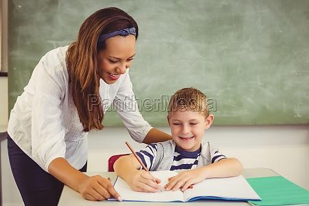lehrer hilft einem jungen mit seinen