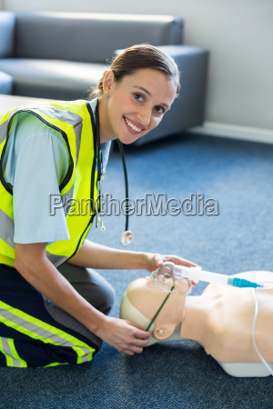 weiblicher sanitaeter waehrend der kardiopulmonalen reanimationstraining