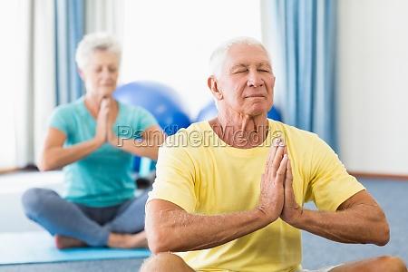 senioren die yoga durchfuehren