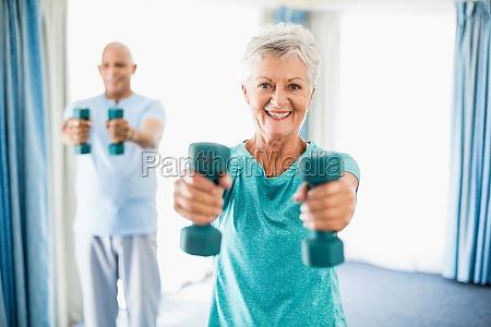 senioren mit gewichten