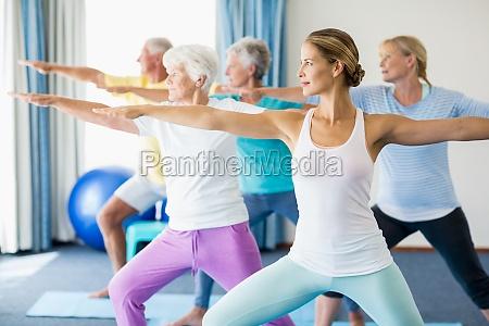 instructor durchfuehrung yoga mit senioren