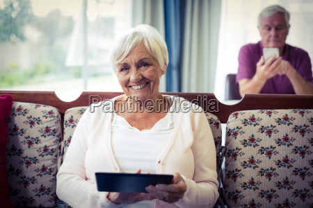 aeltere frau digitalen tablet