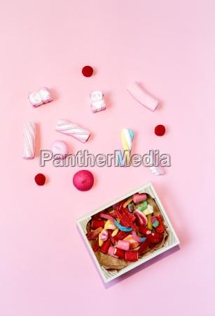 suessigkeiten bunte bonbons mit bunten hintergruenden