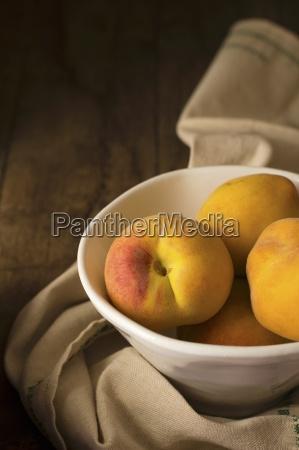 pfirsiche in einer keramikschale auf einer