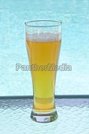 ein glas kaltes bier durch einen