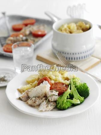 gebackene seeteufel mit rosmarin kartoffeln brokkoli