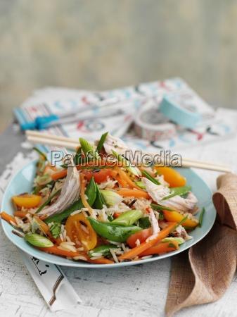 wildreissalat mit huhn und gemuese asien