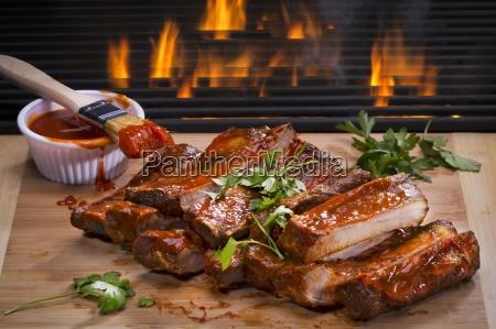 grill spareribs auf einem holzbrett vor