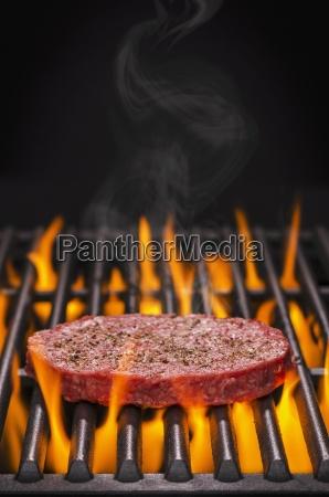 ein roher hamburger mit salz und