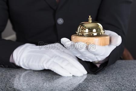kellner der service bell haelt
