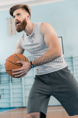 bearded jungen athletischen basketball mann spielt