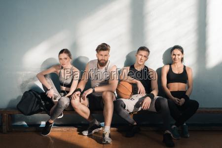 muede sportlichen maennern und frauen auf