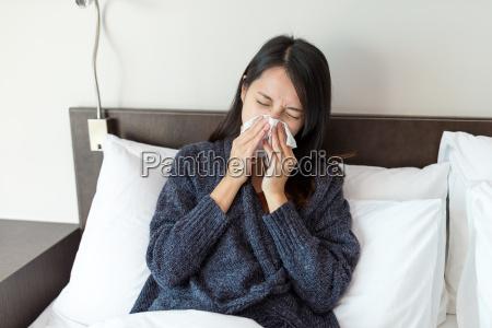 frau fuehlt sich krank an und