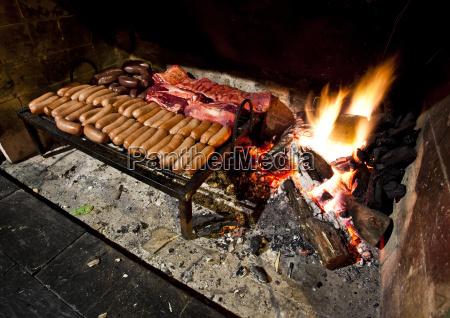 ein grill geladen mit einer vielzahl