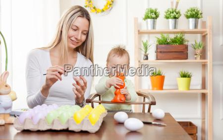 ostern konzept glueckliche mutter und ihr