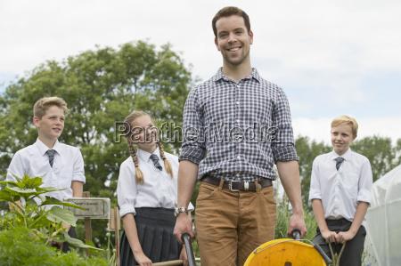 studenten portrait laechelnd lehrer und mittelschule